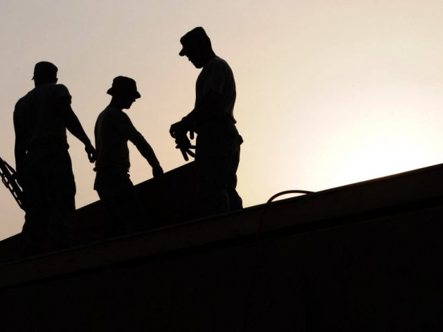 workers-construction-site-hardhats-38293-1024x636